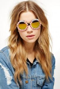 Óculos de sol alegres como o verão