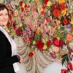 Bordados e rendas viram arte nas mãos de Louise Saxton